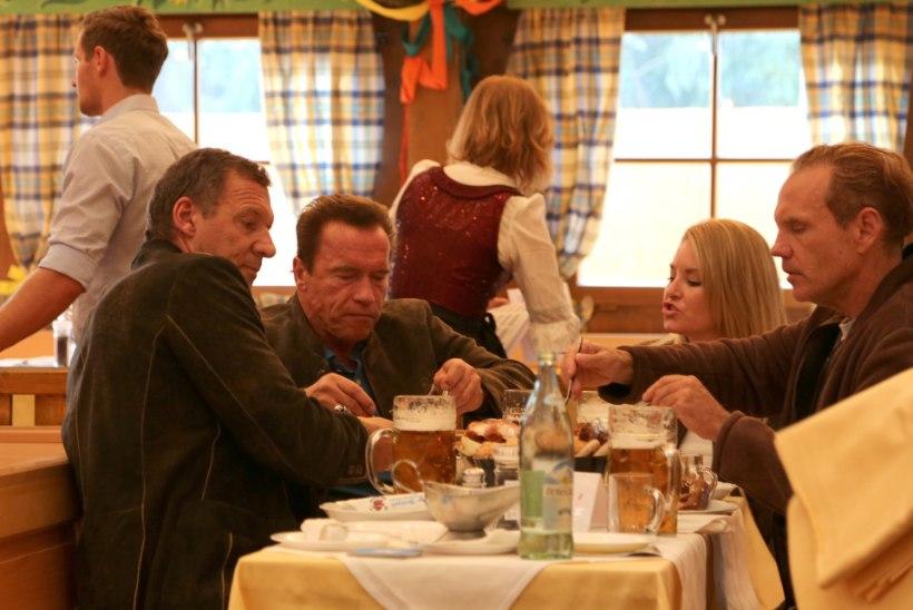 FOTOD: Arnold Schwarzenegger mekkis koos endast 28 aastat noorema kallimaga Oktoberfestil õlut