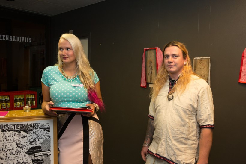 """GALERII: miks avas Merle Jäägri kunstinäituse kaunis blodiin, kellel rinnas nimesilt """"Merca""""?"""