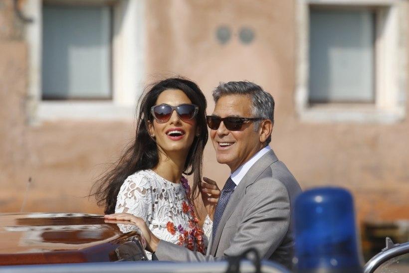 George Clooney värvikas voodielu