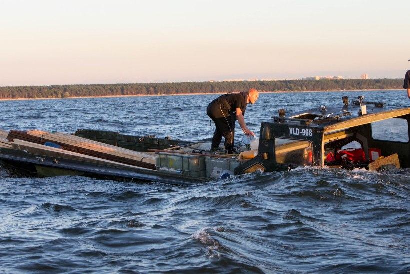 FOTOD JA VIDEO: Tallinna lahel jäid viis inimest väikelaeval merehätta