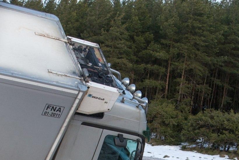 """Narva maanteel oli 13 sõidukiga ahelavarii: """"Käis plaks! Autod lendasid ees ja mina lendasin kraavi."""""""
