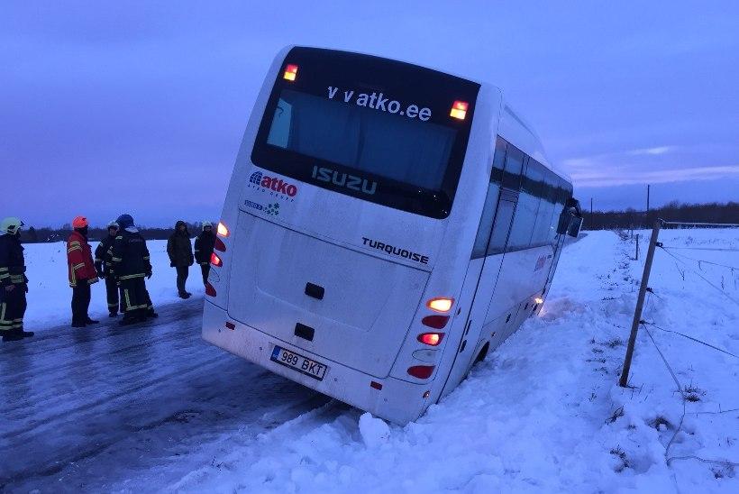GALERII: Järvamaal viis libedus teelt neli liinibussi