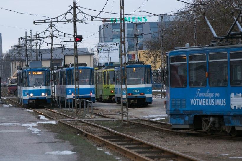 FOTOD JA VIDEO: Tallinnas sõitis tramm rööbastelt maha