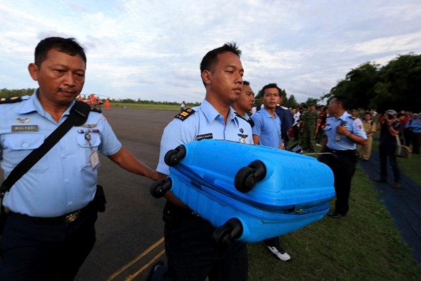 Päästetöötajad leidsid kadunud AirAsia reisilennuki kaks tükki