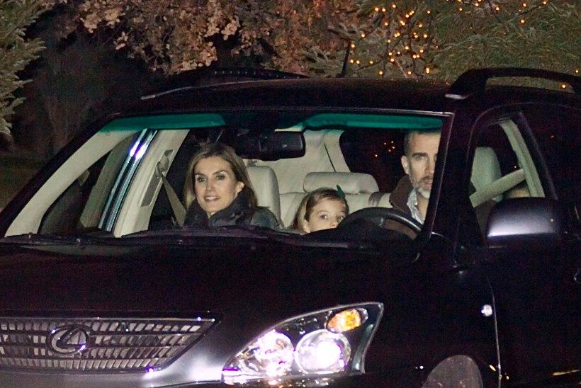 FOTOD: ei mingeid sohvreid! Hispaania kuningas sõidutas oma pere vanaisa juurde ise