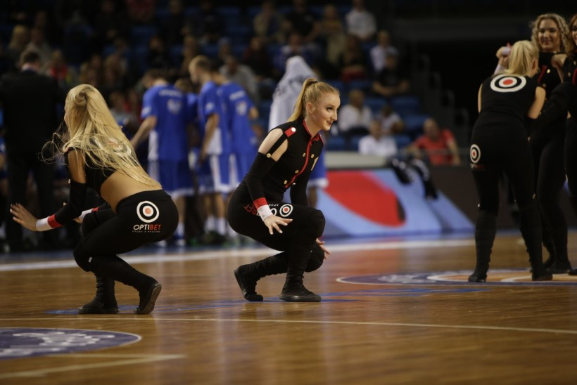 GALERII | Kalev/Cramo seksikad tantsutüdrukud hullutasid Ühisliiga mängul rahvast