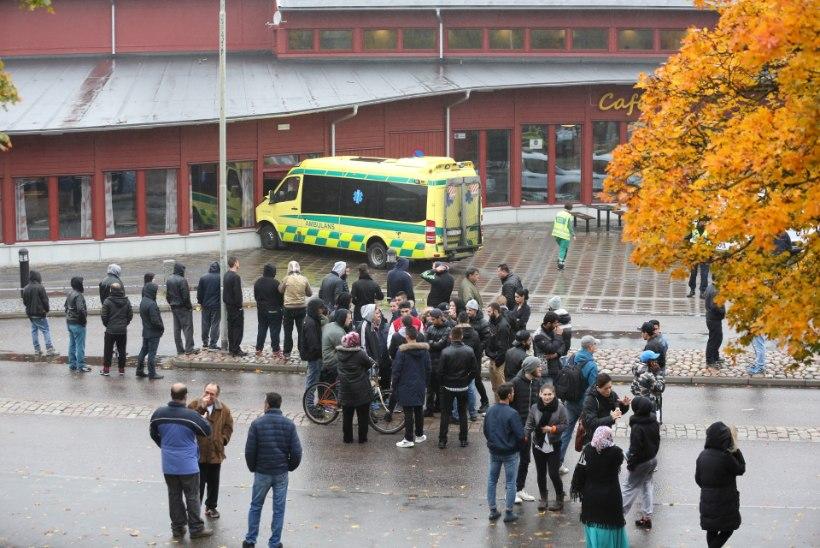 Rootsi põhikoolis tappis maski ja mõõgaga noormees õpetaja ja õpilase