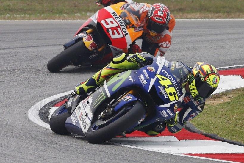 VIDEOD | SKANDAAL MOTO GP-l! Kas motolegend Valentino Rossi tõukas häbiväärse jalahoobiga konkurendi rajalt välja?