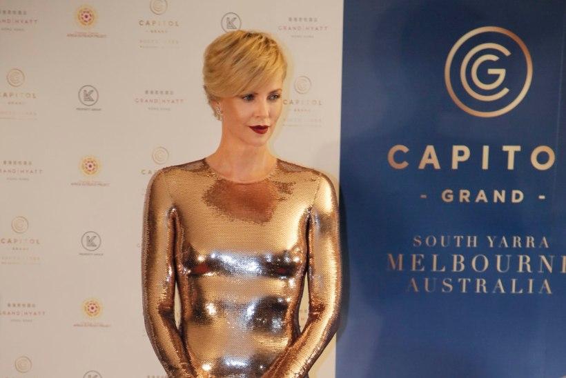 FOTOD | Charlize Theron kandis üliliibuvat kuldset kleiti