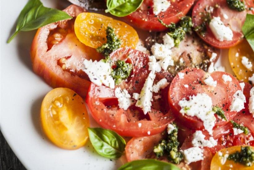 Kirju tomatisalat feta ja koriandripestoga