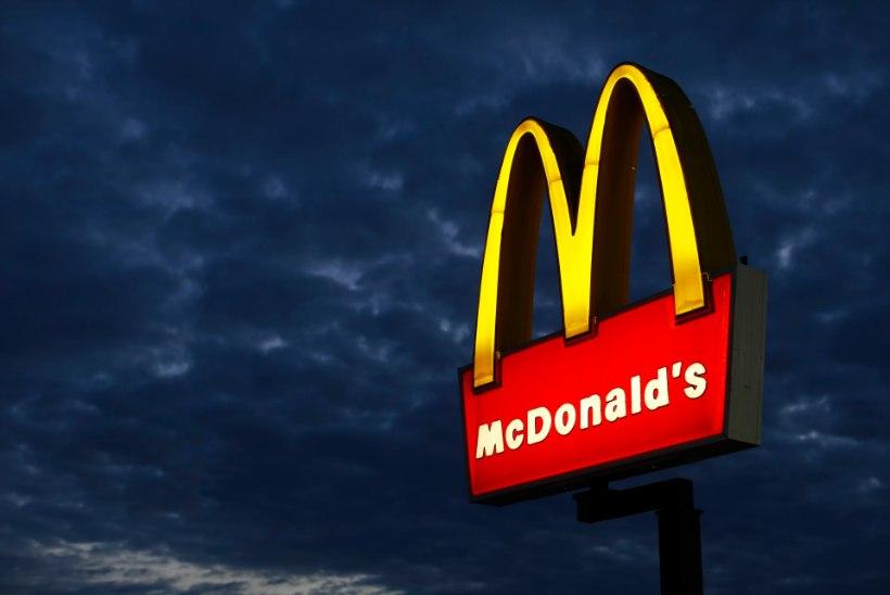 Surnud kodutu naine istus tunde McDonalds'i laua taga