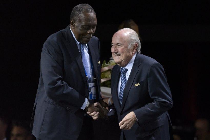 FIFA ajutiseks juhiks saab kamerunlane, süüdistused korruptsioonis pole tallegi võõrad