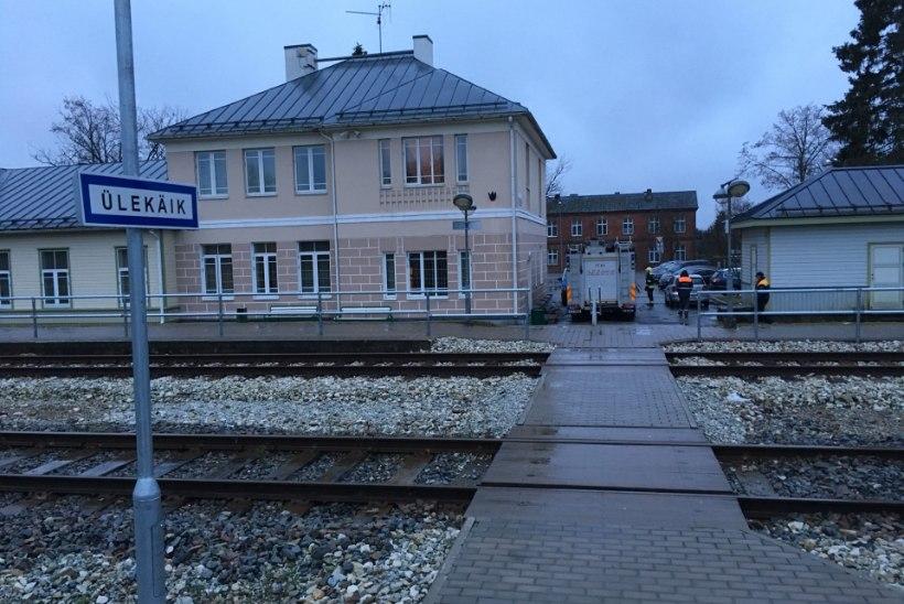FOTOD SÜNDMUSKOHALT | Türil hukkus rongi ette astunud inimene