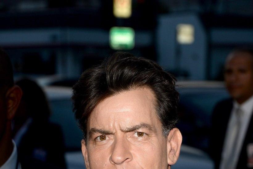 Ajaleht: Charlie Sheen tegi hotellitoas meesterahvale oraalseksi ning suitsetas kanepit
