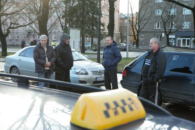 Нарвские таксисты: за полгода никто из нас не выучит эстонский язык!