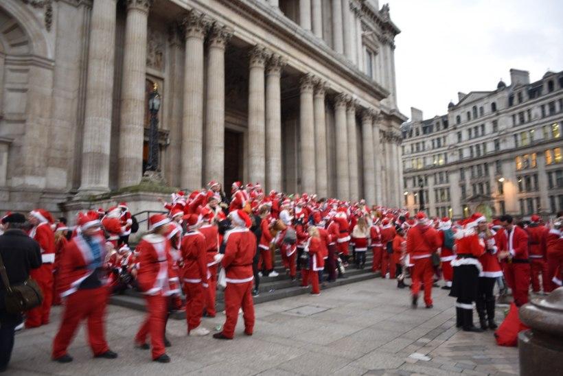 FOTOD | HAKKAB PIHTA: Londonis toimus jõuluvanade pubiralli