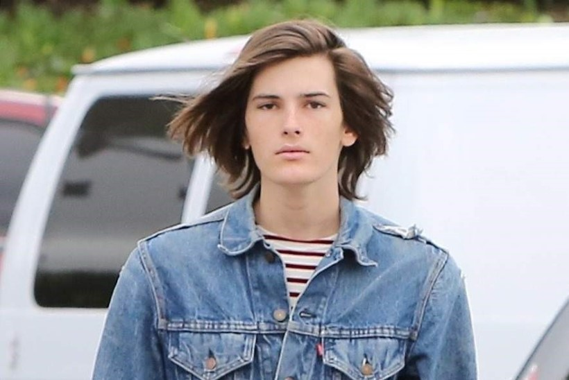 Pierce Brosnani poeg sai Burberry modelliks