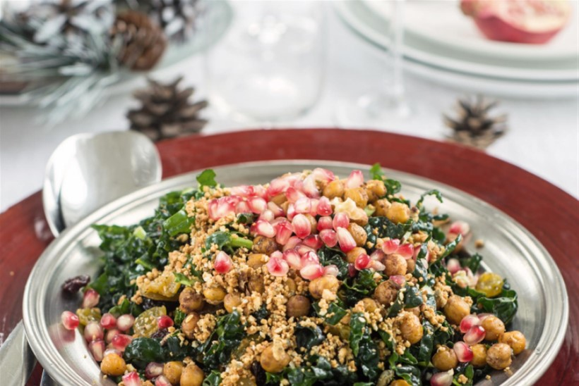 Lehtkapsasalat krõbeda pähkli-seemnepuru ja jõuluvürtsiste kikerhernestega