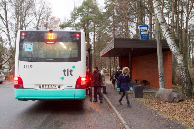 Bussirataste ette kukkunud naine pääses vaid küünarvarremurruga