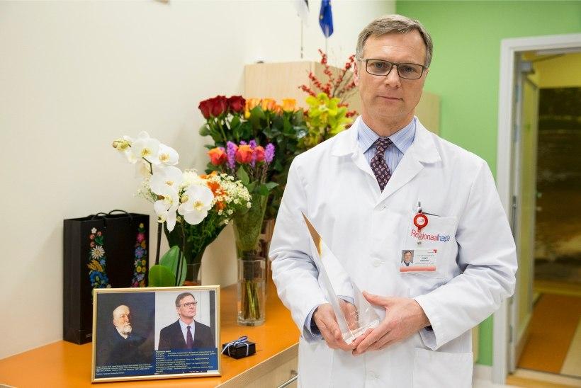GALERII   Aasta arst 2015 on  Edgar Savisaart opereerinud kirurg Peep Talving