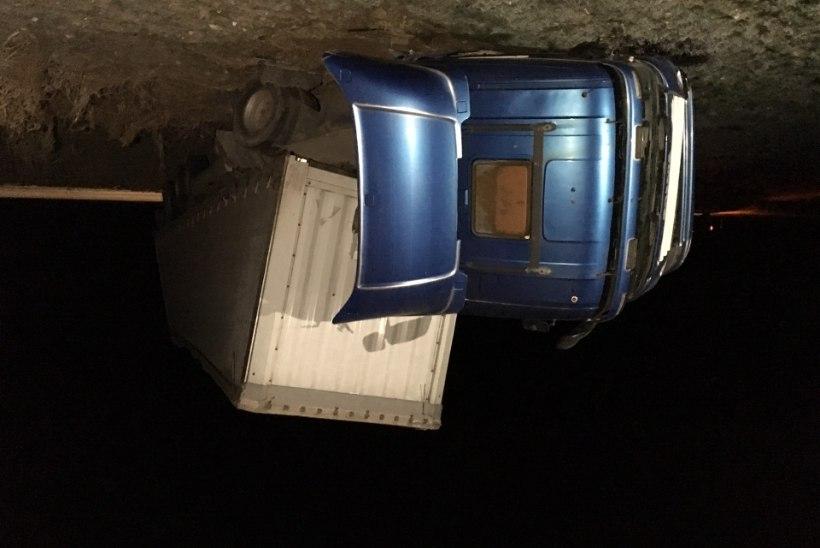 FOTOD SÜNDMUSKOHALT   Piibe maanteel sõitis veok teel välja