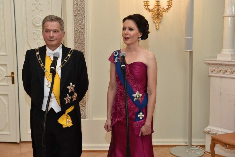 FOTOD | Soome kriitikud: selle õukondliku kleidiga koorus Jenni Haukiost noor naine