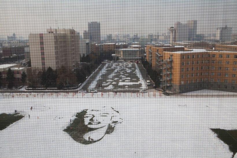 GALERII   Nii sünnib lumekunst: hiina tudengid tegid staadionile Marilyni hiigelportree