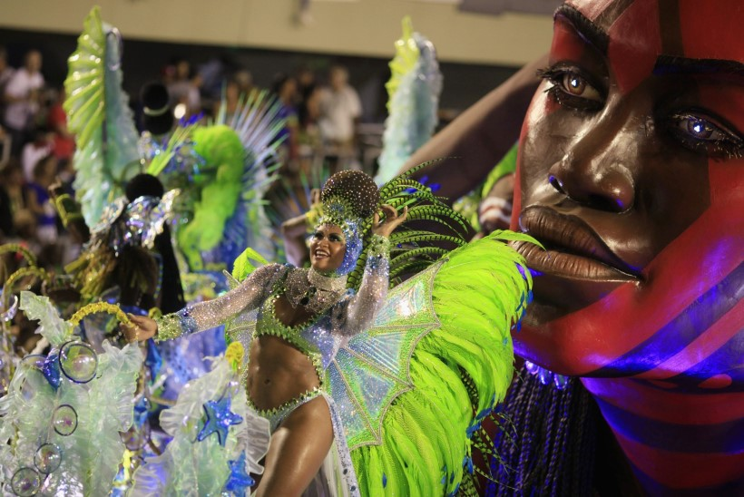 GALERII: kuumaks köetud kehad, kirevad värvid ja meeleolukad tantsud Rio de Janeiro sambakarnevalil