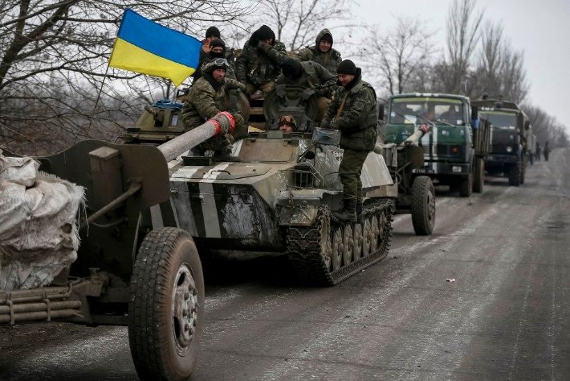 Ukraina armee alustas täna raskerelvastuse tagasitõmbamist