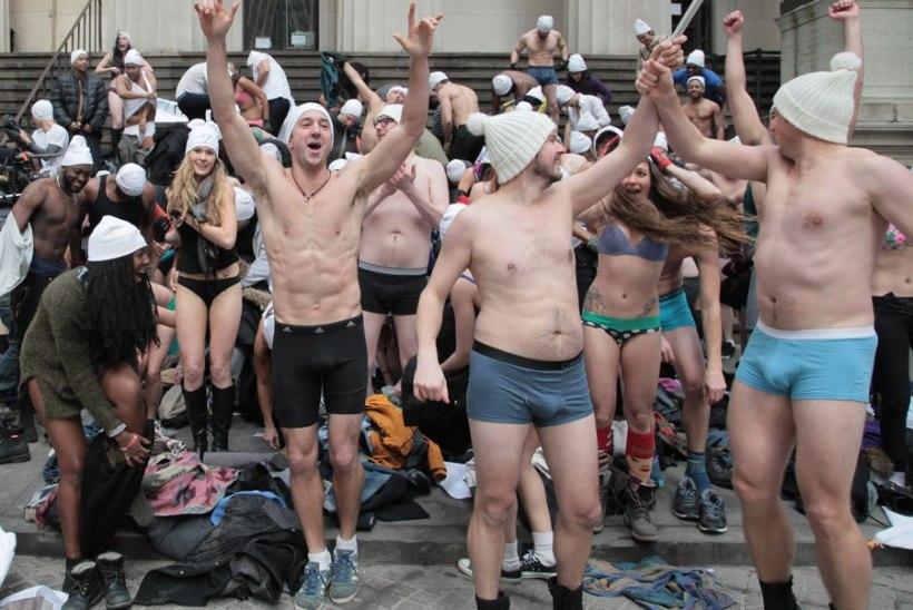 LÕBUS PROTESTIGALERII ja VIDEO: TransferWise'i alastijooks New Yorgi tänavail