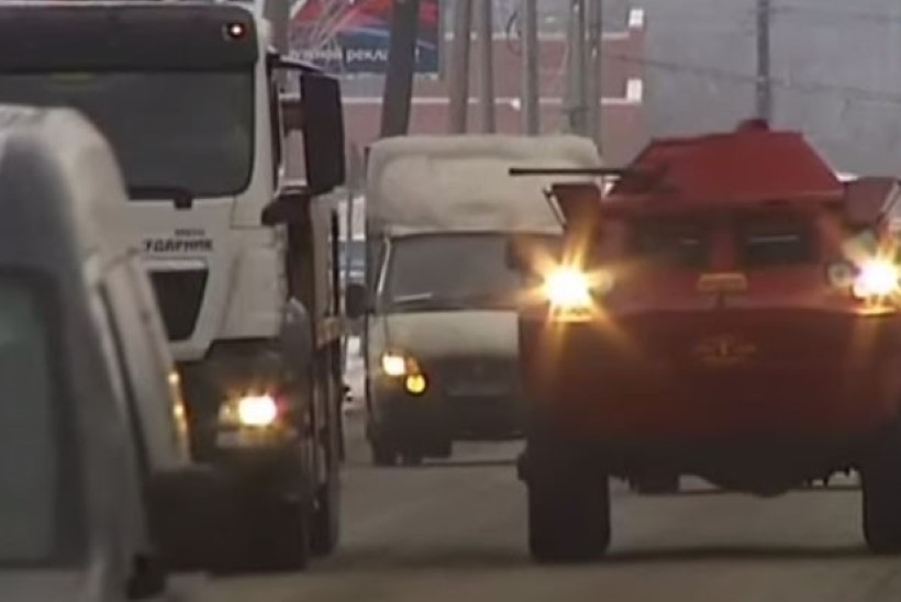VIDEO I Võimalik vaid Venemaal? Peterburis vurab ringi soomukist takso
