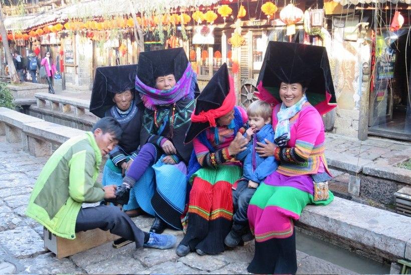 """""""Meie aasta Hiinas"""": kaksikud õpivad pulkadega sööma ja väsivad tähelepanust"""
