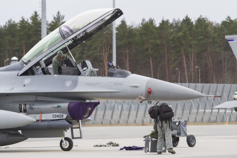 GALERII: Ämaris maandus USA hävitajate eskadrill