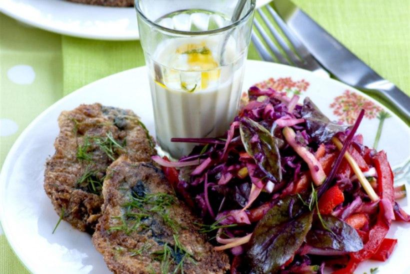 Küüslaugused räimepihvid köögiviljasalati ja jogurtikastmega
