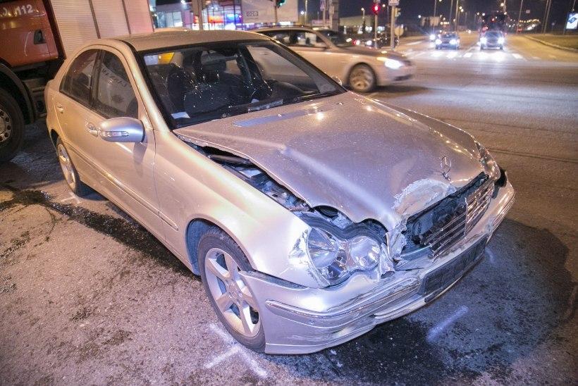 GALERII: Tallinnas paiskus auto kokkupõrkes katusele