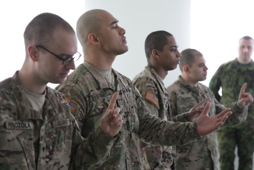 Ameerika sõdurid esitasid Tapa naistele Elvis Presley laulu