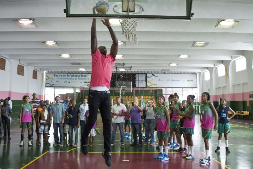 VIDEO: sprindilegend Usain Bolt on korvpallis päris kõva käsi