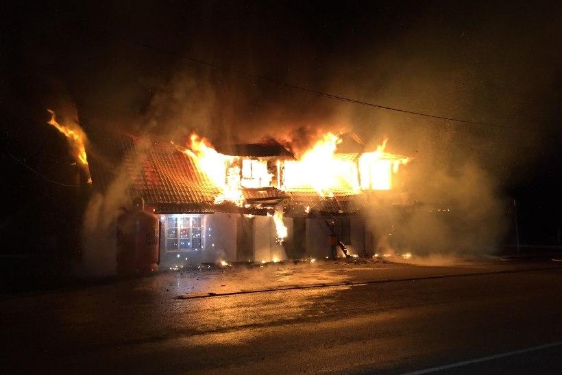 TULEKAHJU KÄRAVETEL: pere pääses põlevast kauplusemajast, pereema ärkas tulepragina peale