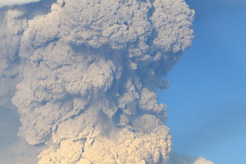 GALERII: Tšiili vulkaan paiskas välja hiiglasliku tuhapilve