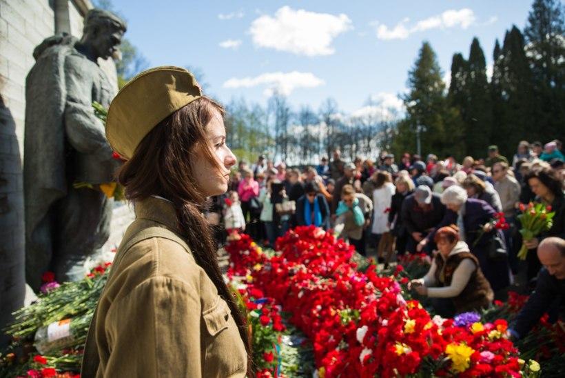 Põllutäis nelke pronkssõduri jalamil ehk Kuidas kalmistul võidupüha tähistati
