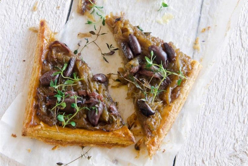 Karamellistatud sibulapirukas anšoovise ja oliividega