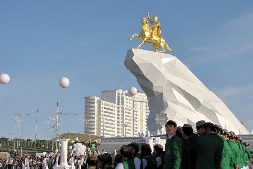 Türkmenistani president lasi endast teha hiigelsuure kuldse kuju