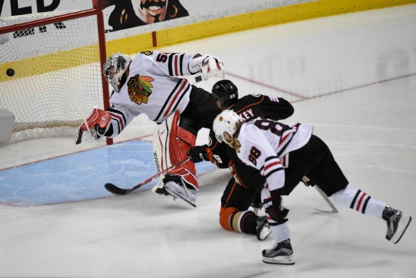 Ducks ja Blackhawks pakkusid tõelise jäähokietenduse