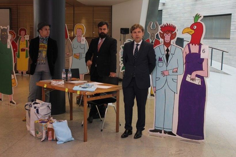 FOTOD | Presidendi vastuvõttu kaunistanud Mäetamme figuurid müüdi oksjonil 6440 euro eest