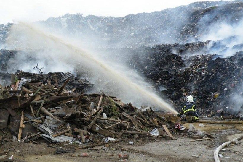 FOTOD | Võtikveres kustutati leegitsevat ja tossavat prügilat