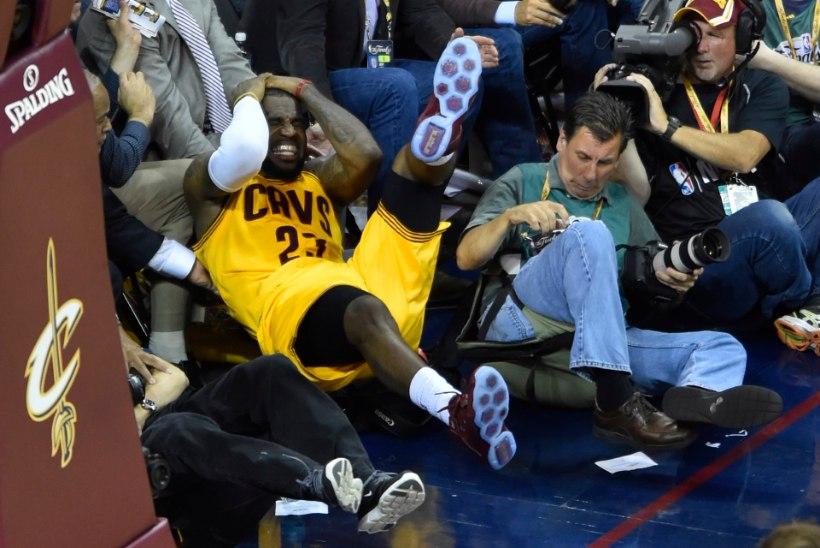FOTOD | LeBron James lendas peaga vastu kaamerat