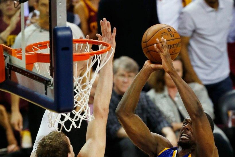 VIDEO | Venelane pani NBA finaali parimale mängijale võimsa kopa!