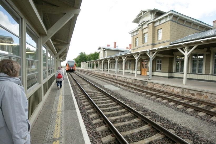 Reisija süüdistab rongifirmat rahva perroonile jätmises