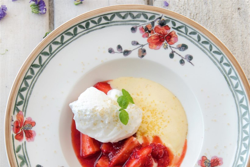 Maasikad sidrunikastme ja lumepallidega