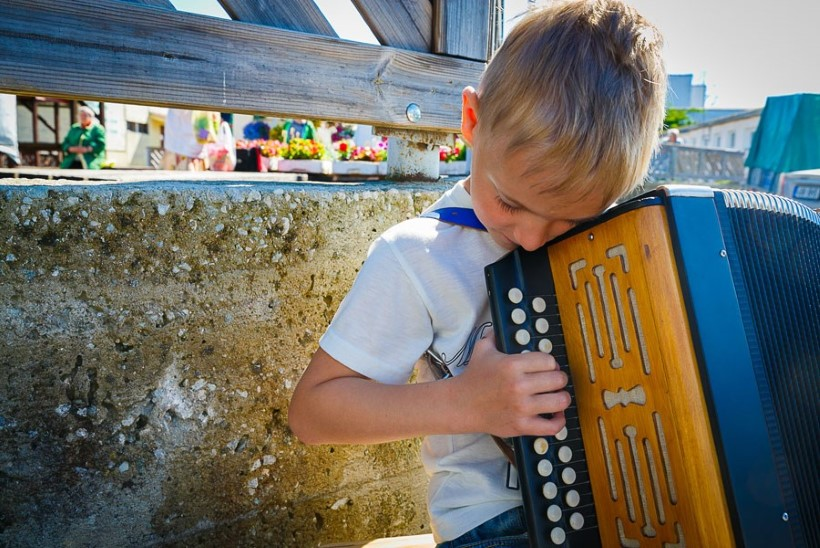 Haapsalu sai esimese ametliku tänavamuusiku - lõõtsapoiss Hugo